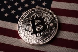 Business Insider: Инвесторы «запихивают деньги» в биткоин на фоне конфликта Китая с США
