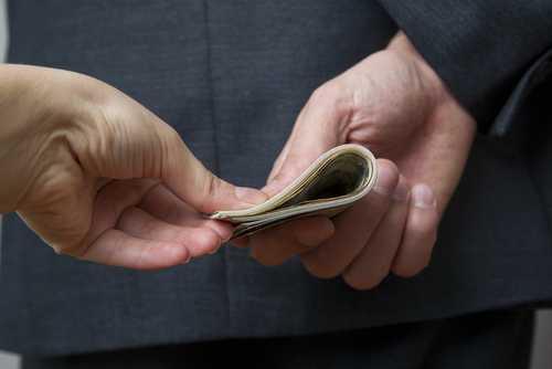 Руководителей крипто-биржи Coinnest обвинили в получении взятки за помощь в листинге токена